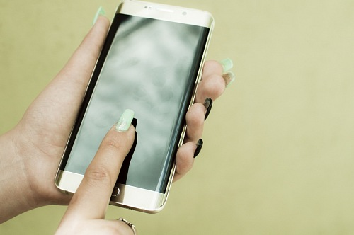 photo Woman's hands using smartphone  free for commercial use images