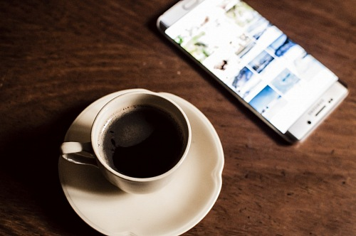 photo Cup of coffee with Smartphone free for commercial use images